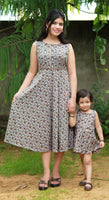 Shop designer Indian mother & daughter combo dresses at the best rates in the USA & Canada. Long dress brown on white paisley print pure cotton fabric. Below knee length sleeveless fit & flare frock style party evening comfortable unique ethnic Summer wear dress matching outfit co-ord set old young sizes Darpaha Sale