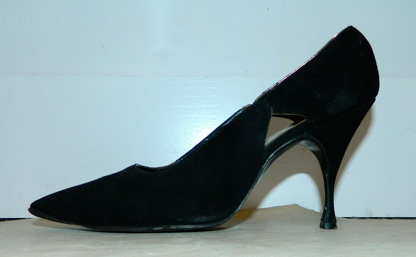 vintage 1950s black stiletto heels / Herbert Levine doeskin cutaway pumps / point toe 7 B