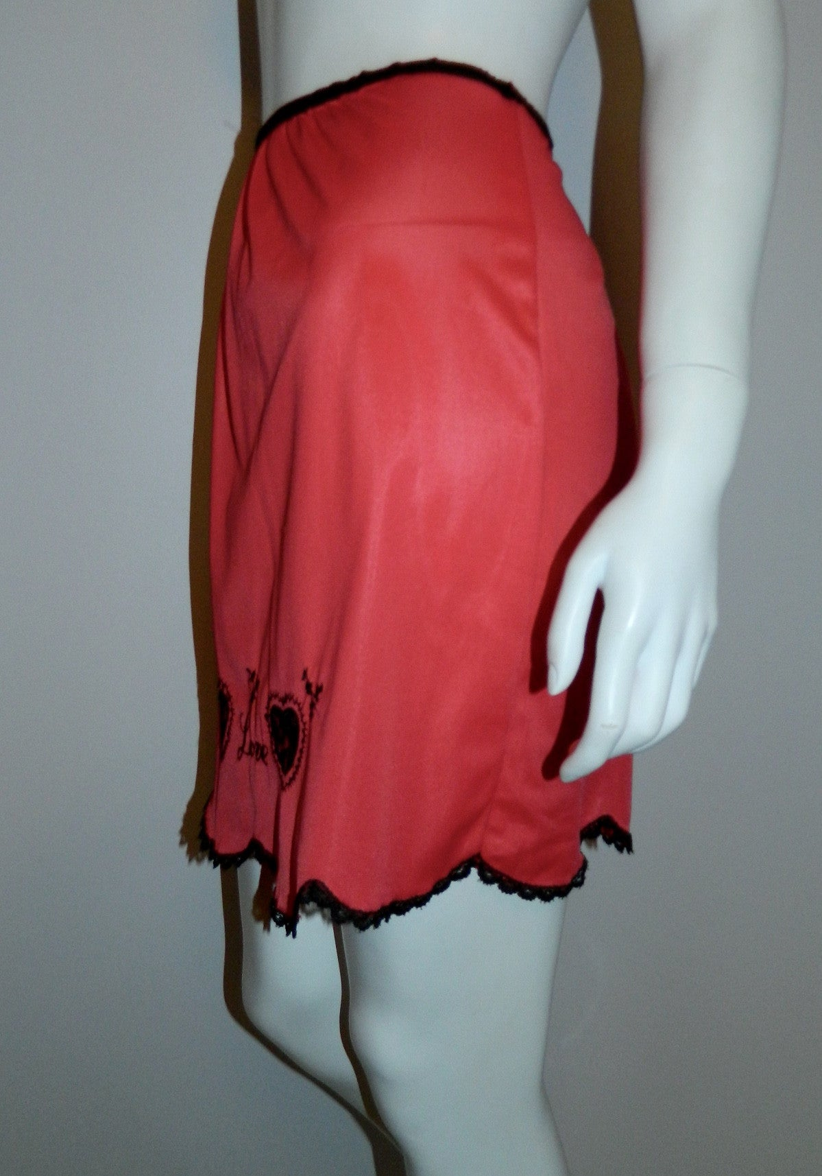 vintage 1960s half slip / red LOVE skirt black lace embroidery S - M