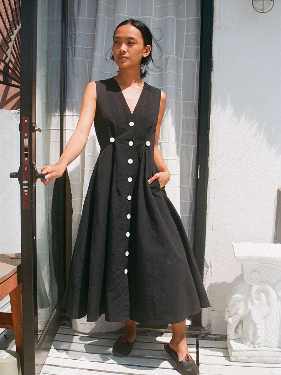 SLEEVELESS BARONESS DRESS