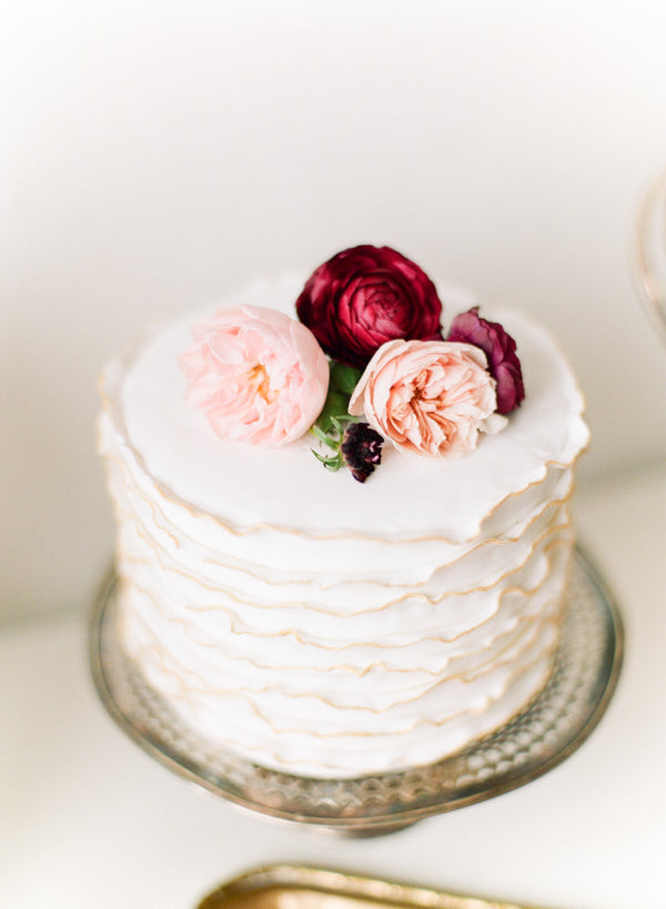simple one tier cake with fresh flowers