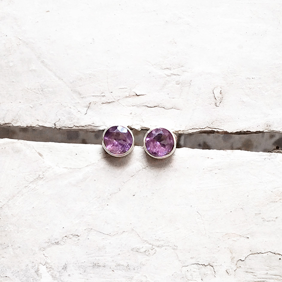 AMETHYST FACETTED ROUND SILVER STUD - SILBERUH