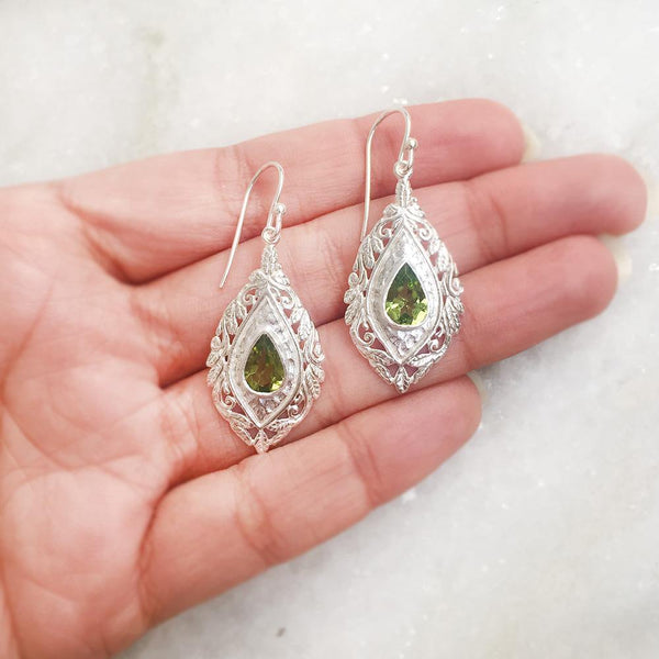 PERIDOT FACETTED SILVER CARVED EARRING - SILBERUH