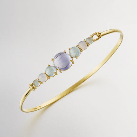 Bangle with cabochon amethyst, iolite and pink tourmaline. 18k yellow gold.