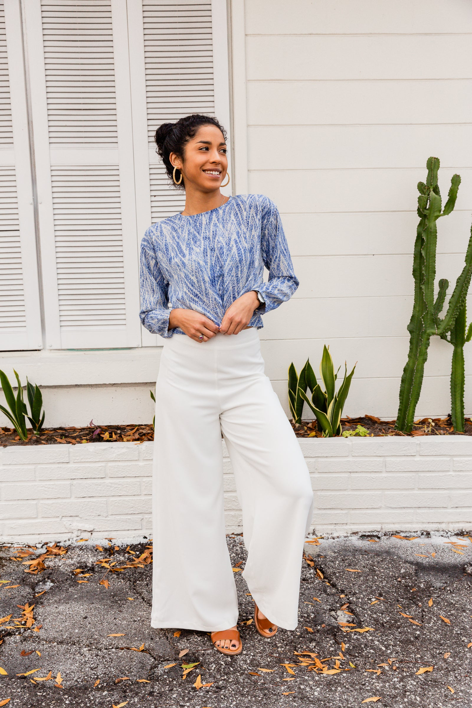 A high-rise banded waistline moves into an extra-wide pant leg for a free and flowy feel. These white pants feature a zipper on the side.