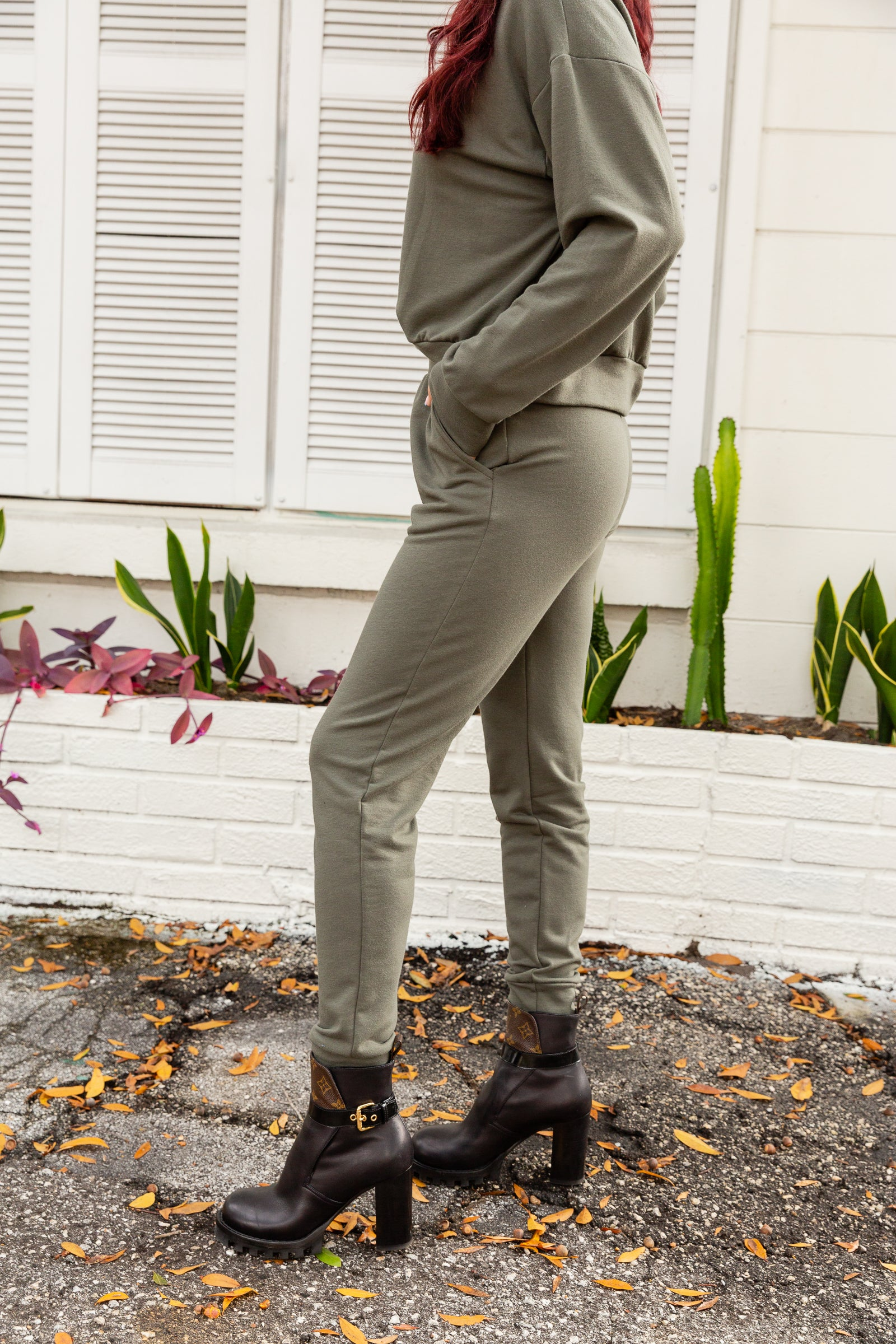These comfy joggers have an elastic waistband leading into relaxed-fit pants with side pockets and tapering into skinny pant legs with an elastic ankle cuff.