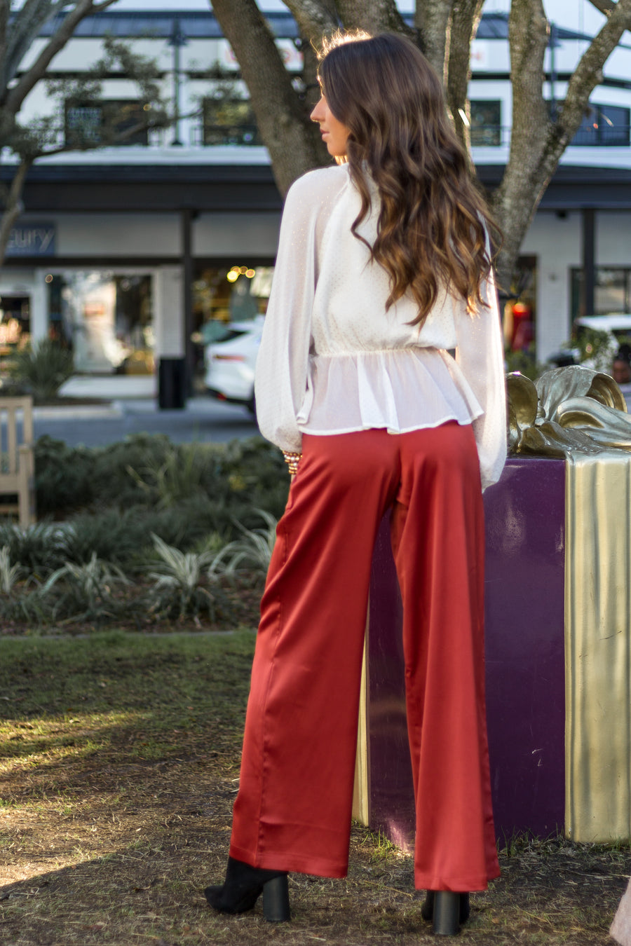 These lightweight pants have a banded fitted waistband that leads to long and oversized pant legs. These pants feature a zipper with a hook and eye closure.