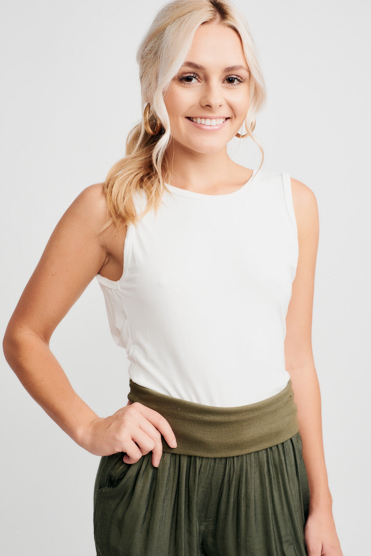 his simple top has a high scoop neckline with a comfortable fit at the bodice and an open and twist detail feature on the back. Pair with high-rise jeans and heels!
