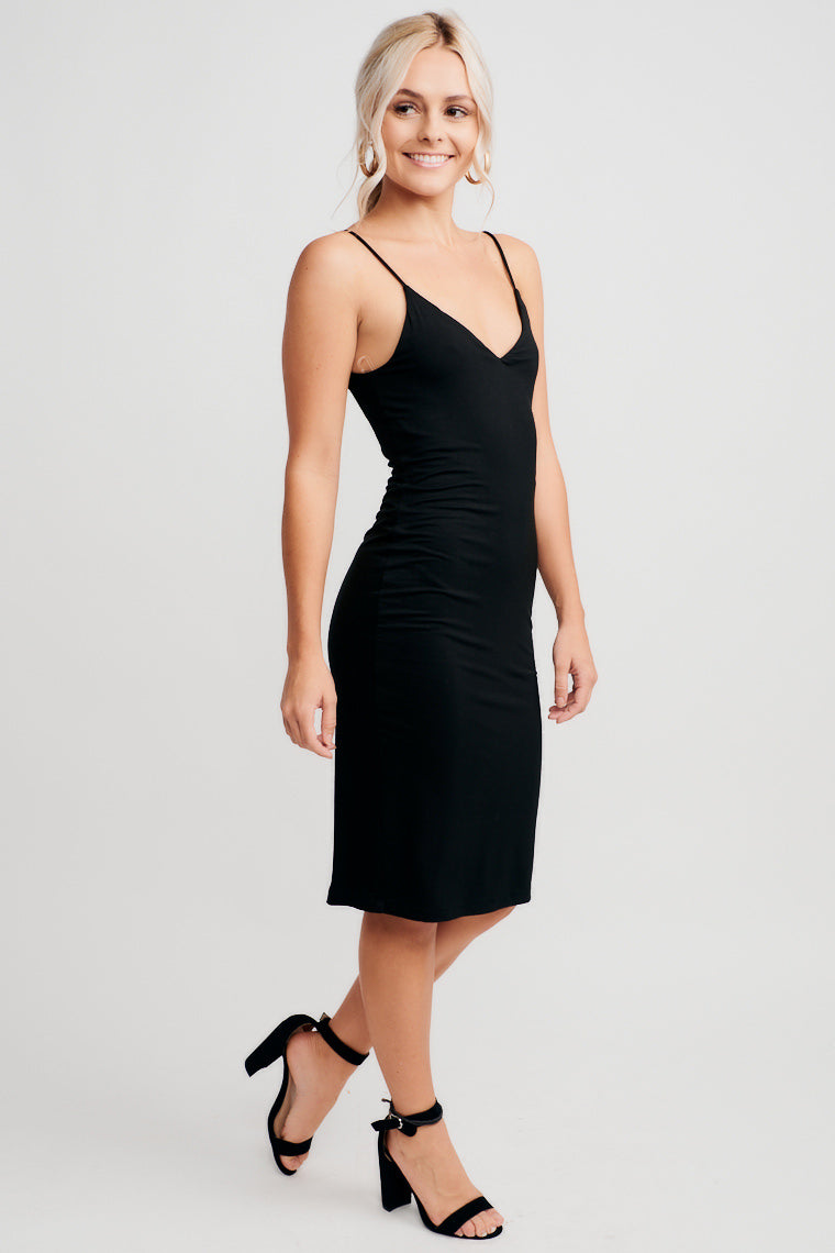 This double-layer fitted knit dress offers a v-neckline connected by thin straps and a silhouette that will accentuate your feminine curves.