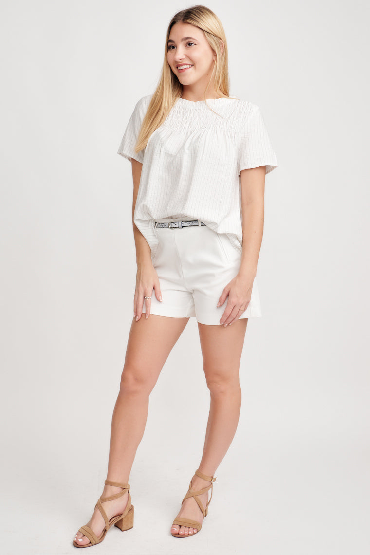 These shorts feature faux front pockets which add a modern finish to these white shorts and a thin black and grey snake print belt. Style with a tank, tee or bodysuit.