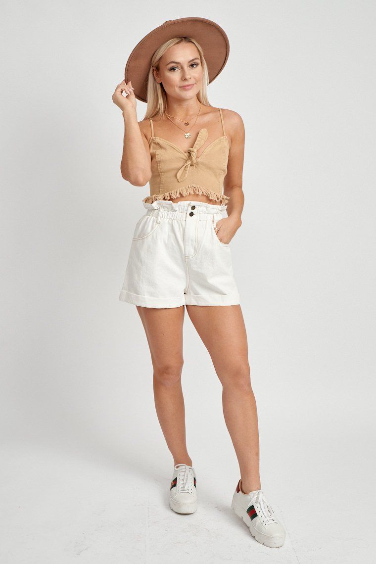 These contrast thread shorts have a paper bag-style hem, 4-pocket structure and lead down to a relaxed-fit silhouette with rolled-up bottom hem.