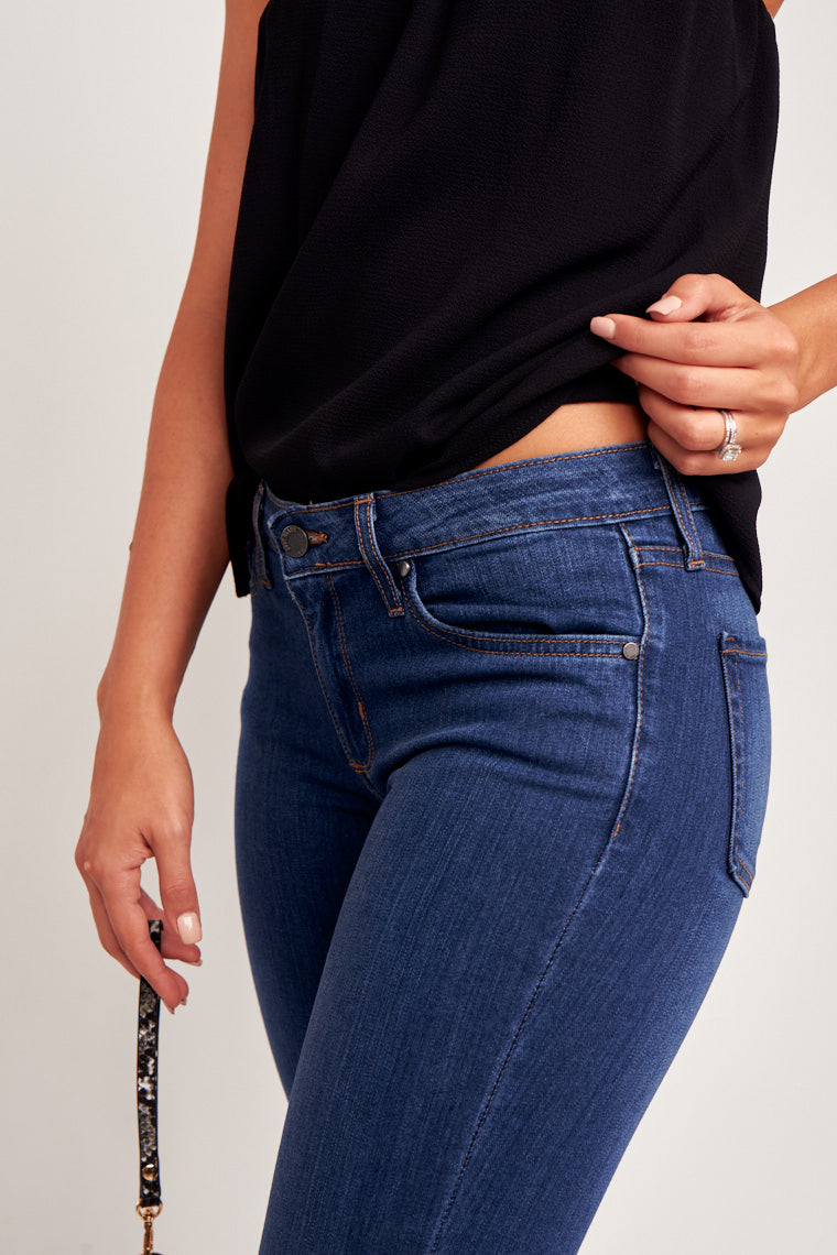 Classic jeans that you must-have for your wardrobe! These medium wash jeans are straight cut and have a hip and curve-hugging comfortable fit.