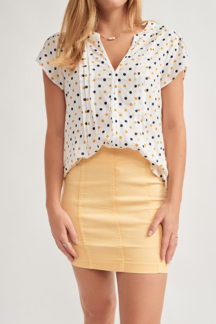 This yellow miniskirt offers a high-rise waistline with a figure flattering fit and exposed seam detailing.
