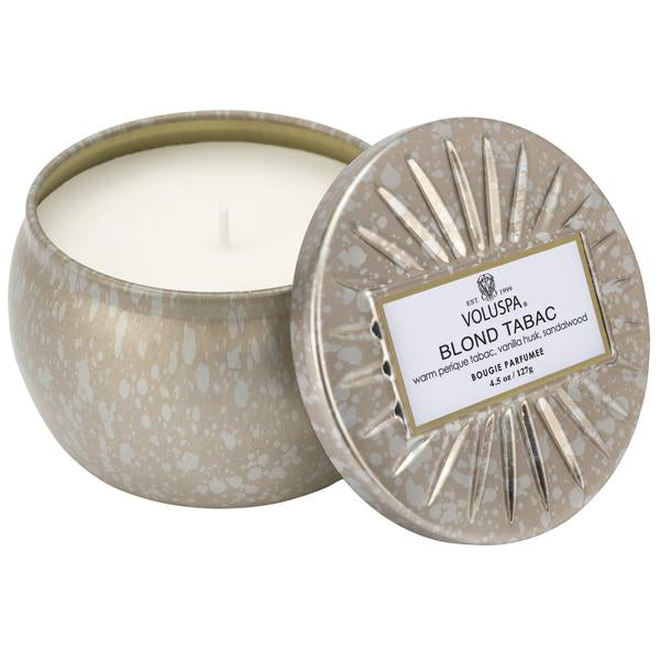 Notes of Warm Perique Tabac, Vanilla Husk & Sandalwood.The perfect size to pepper throughout a room! As enchanting as the aroma itself, this tin features a nod to 1920s' design.