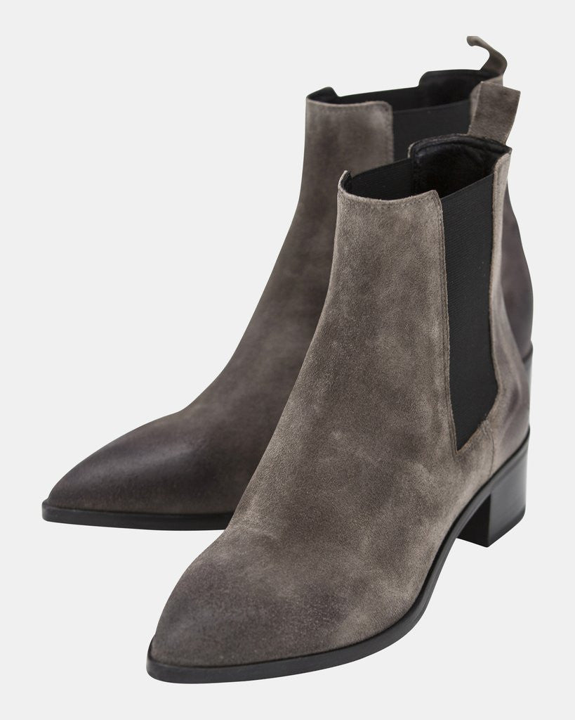 Point toe ankle boot
