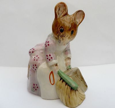 Beatrix Potter mouse figurine, Hunca Munca Sweeping, Royal Albert 1989 - Taingtiques - 1