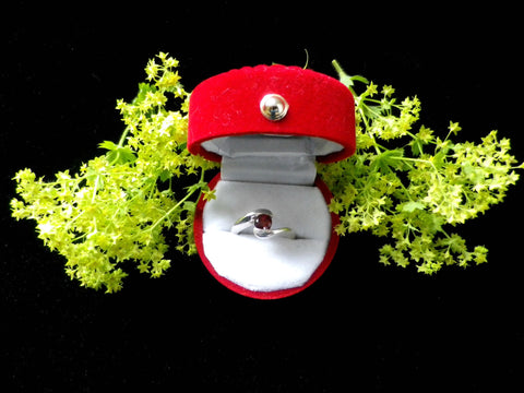 925 silver and garnet ring, red stone, presented in red velvet box - Taingtiques - 1