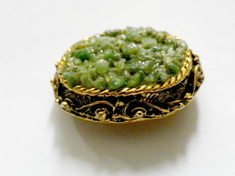 Green agate chip vintage brooch, gold tone, small oval shape - Taingtiques - 1