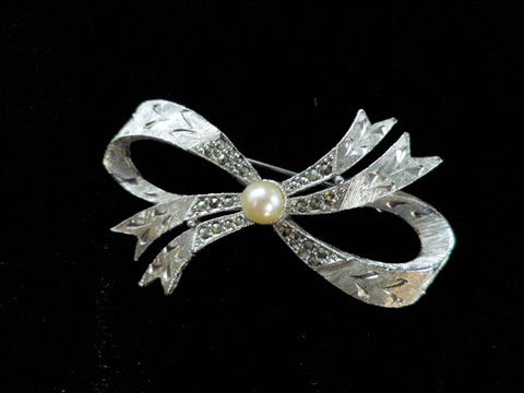 Marcasite bow silver tone brooch, cultured pearl centre - Taingtiques - 1