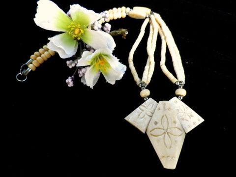 Art Deco style bone necklace,, carved beads, flower design - Taingtiques - 1