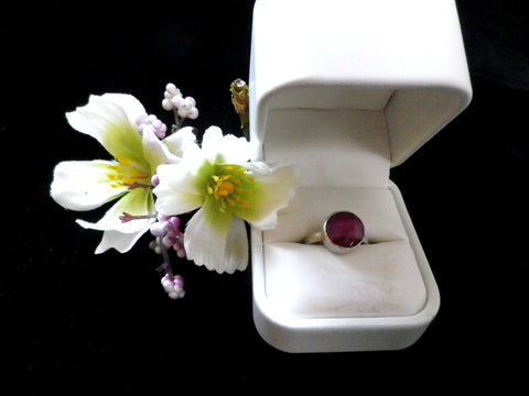 925 silver ring, cushion cut large ruby, textured band, size N - Taingtiques - 1