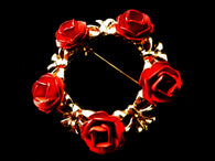 Gold tone rose wreath brooch, 5 red roses, gift box - Taingtiques - 1
