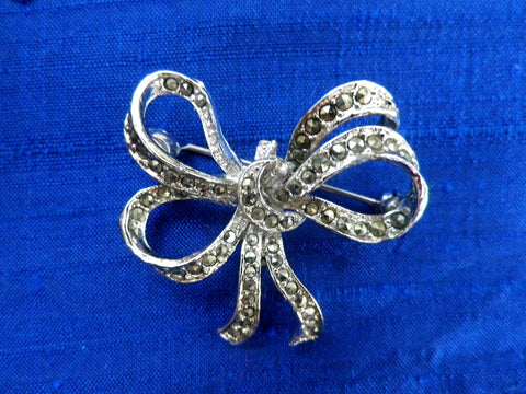 Marcasite bow brooch, lapel pin, silver tone metal, small vintage brooch, gift for her, gift box, vintage jewellery, costume jewellery - Taingtiques - 1