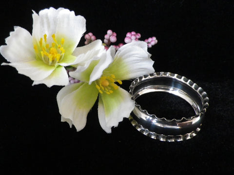 Silver napkin ring, English hallmarked, small serviette ring, frilled rim, Birmingham 1924, Rolason Brothers - Taingtiques - 1