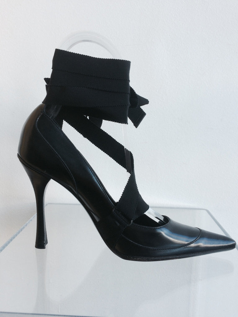 Gucci Black Pumps with Ribbon detail
