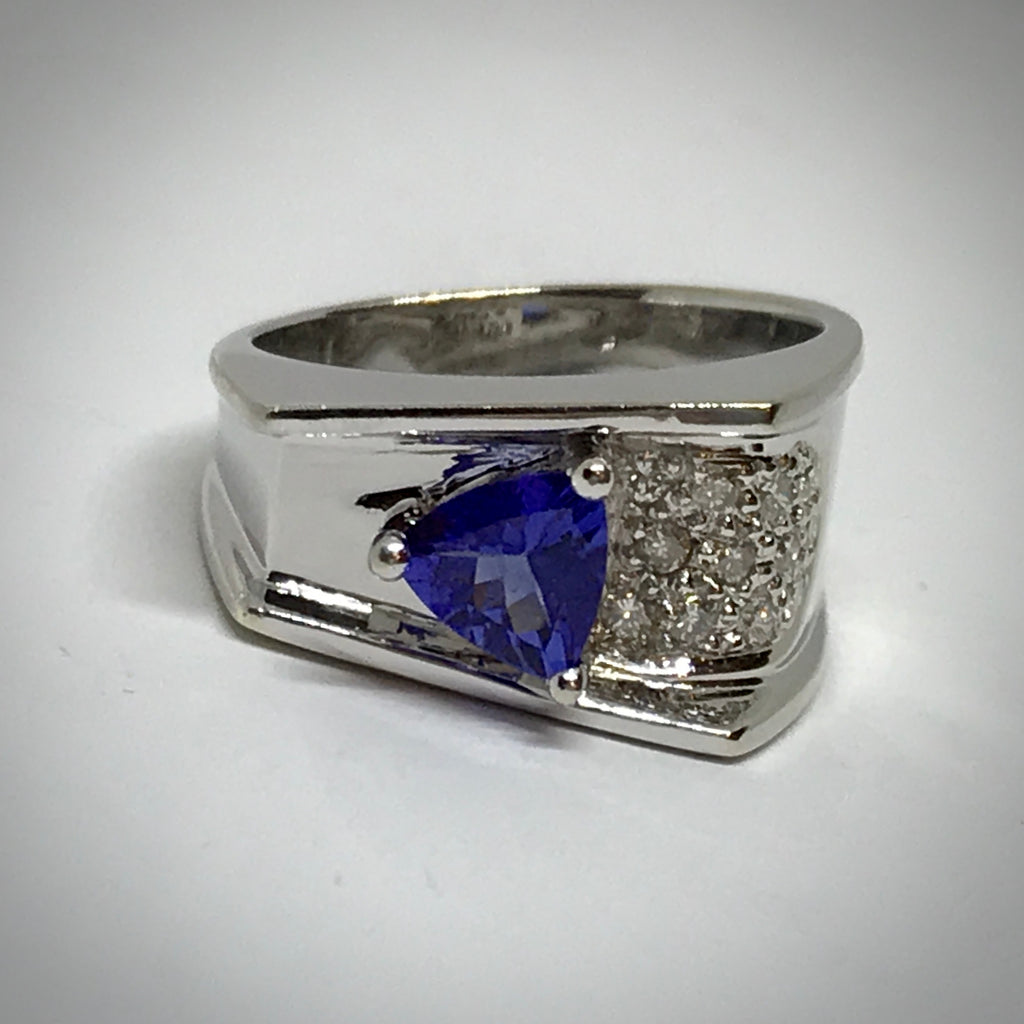 Ladies 14W ring with triangle Tanzanite and pavé diamonds