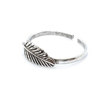 Load image into Gallery viewer, silver boho feather toe ring