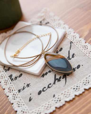 LINED OVAL SHAPE FAUX STONE NECKLACE