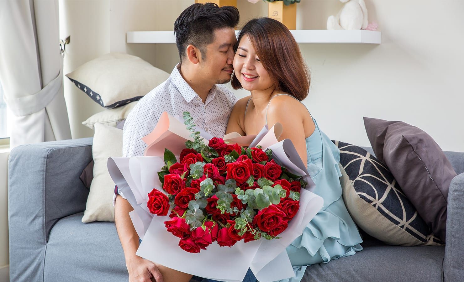 bloomthis-qixi-festival-gift-guide-2021-17-romantic-couple-with-red-roses