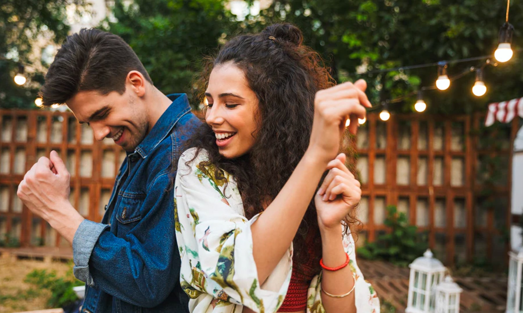 bloomthis-valentines-date-ideas-couple-dancing