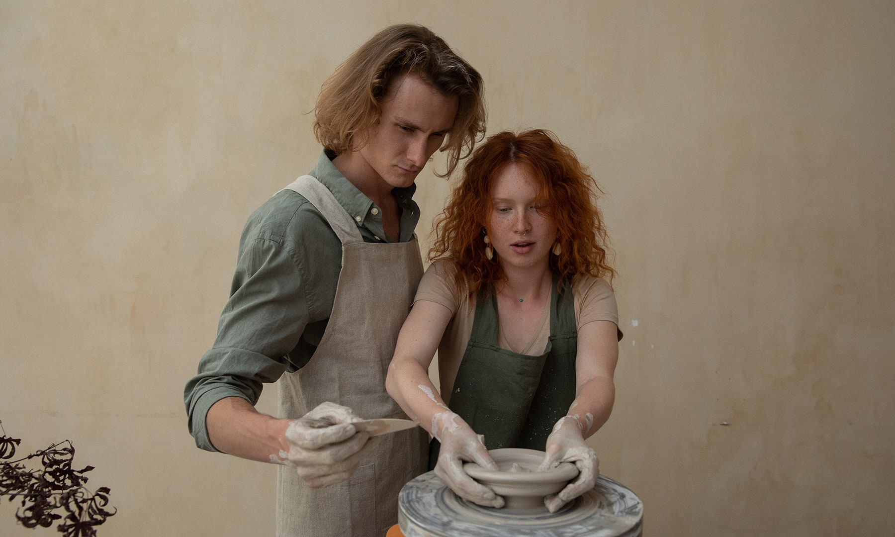 bloomthis-valentines-date-ideas-couple-doing-pottery