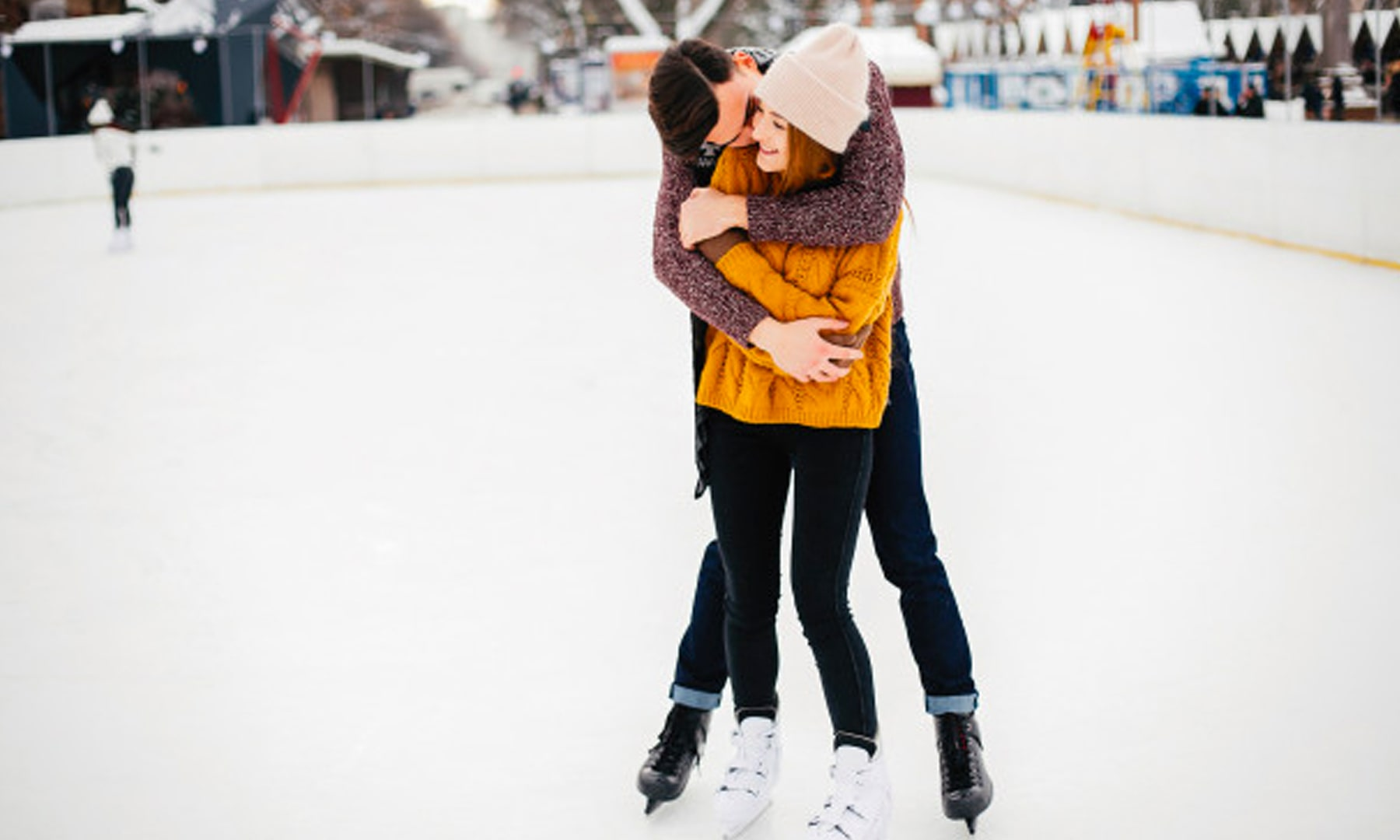 bloomthis-valentines-date-ideas-couple-ice-skating