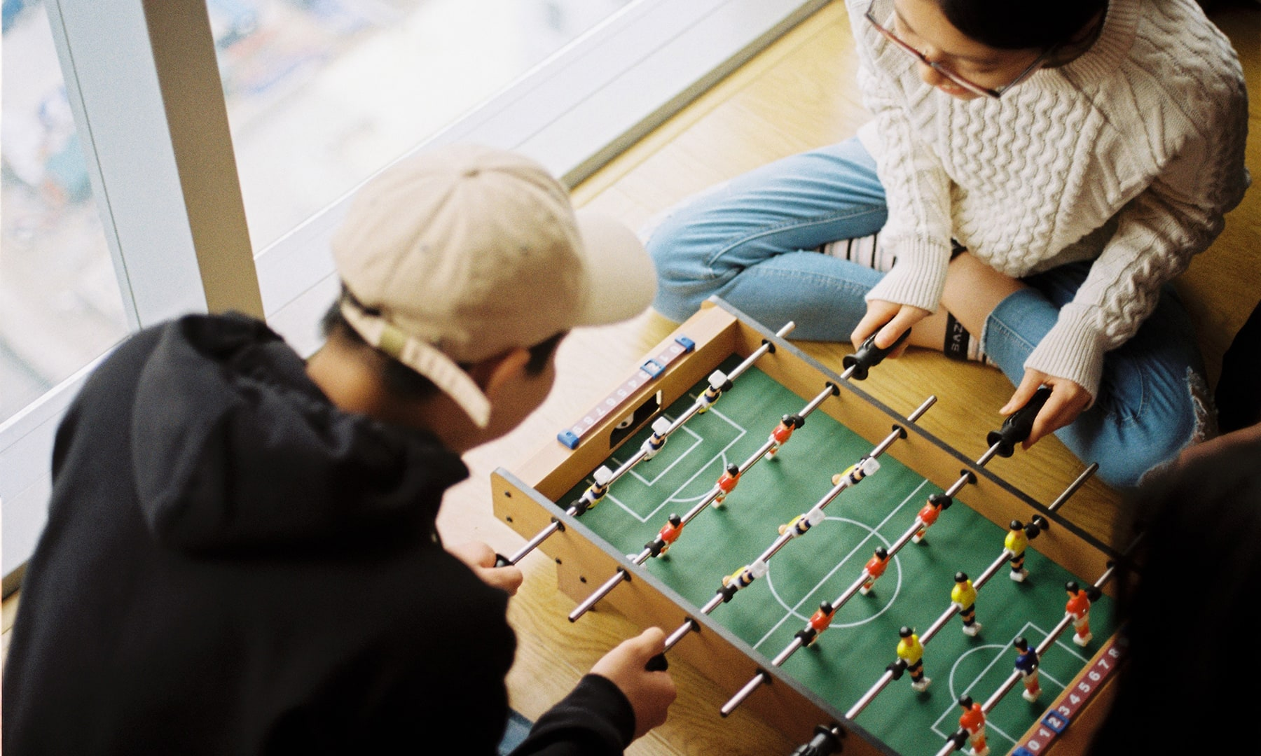 bloomthis-valentines-date-ideas-couple-playing-games-together