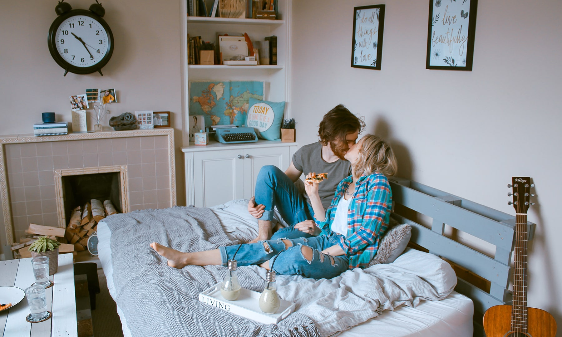 bloomthis-valentines-date-ideas-couple-spending-time-together-indoors