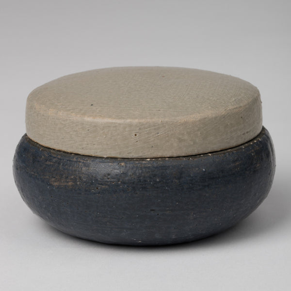 Pot in dark blue-gray with lid in sandy gray