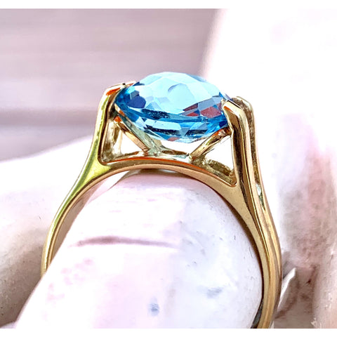 Vintage Womens Ring 14KT Yellow Gold Natural Blue Topaz 5.3 grams Gorgeous size 7.5
