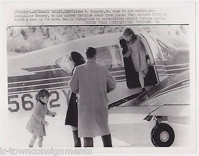 YOUNG CAROLINE KENNEDY JFK Jr & SECRET SERVICE AGENT VINTAGE NEWS PRESS PHOTO - K-townConsignments
