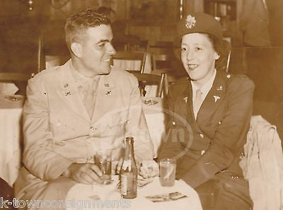 WAC MILITARY WOMAN IN UNIFORM & ARMY OFFICER ENJOYING A SODA WWII SNAPSHOT PHOTO - K-townConsignments