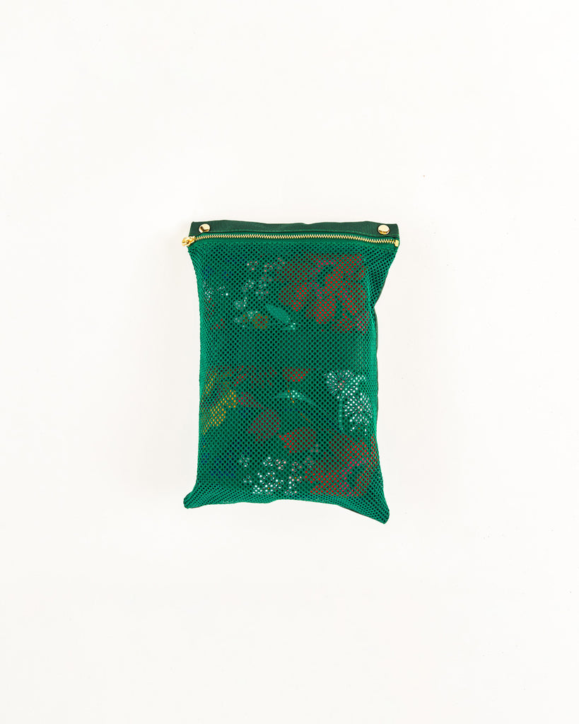 green mesh pouch with zipper can snap inside the weekender bag