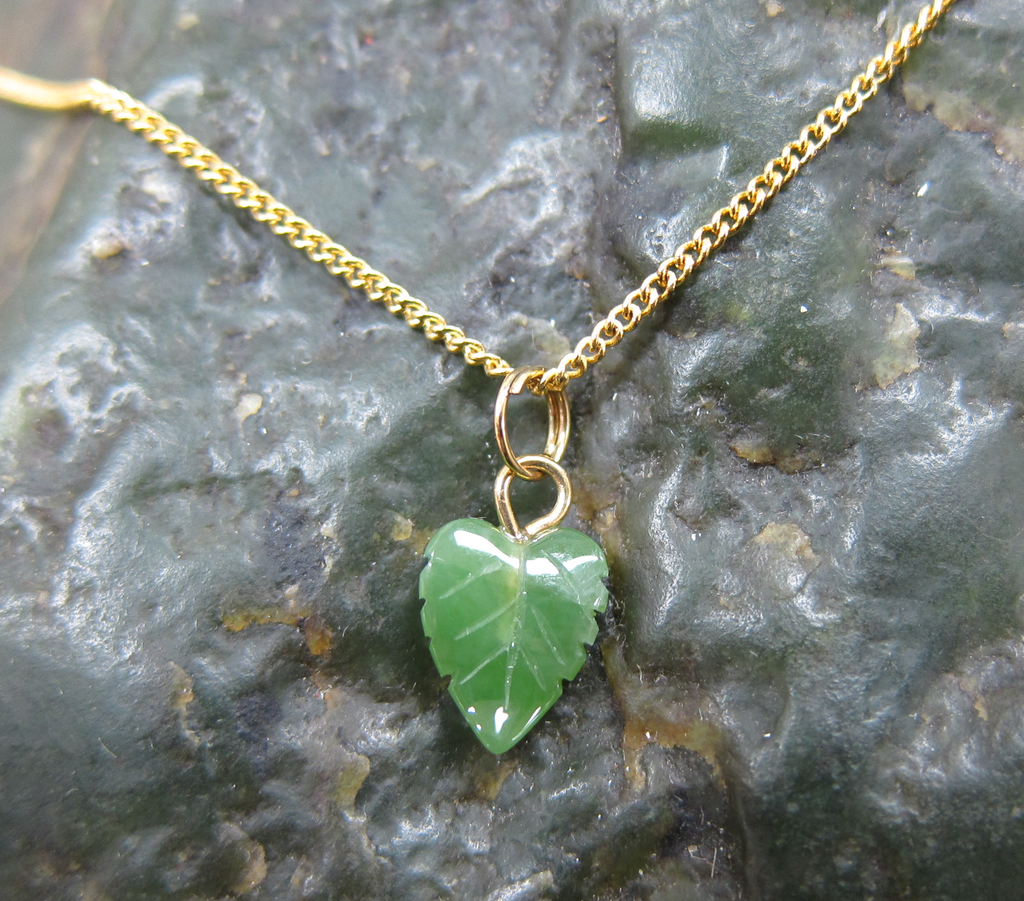 JADE CURVED LEAF ON A HYPO ALLERGENIC BASE METAL GOLD CHAIN, 18 INCH
