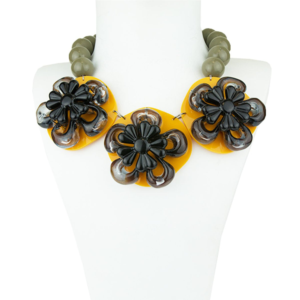 RENA YELLOW ACRYLIC NECKLACE WITH FLOWER AND COLORED BEADS