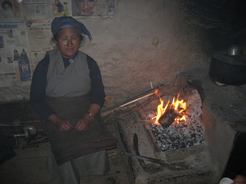 An open fire with no chimney in a tea house in Nepal. A common practice resulting in eye cataracts and lung problems. – B. Trauth