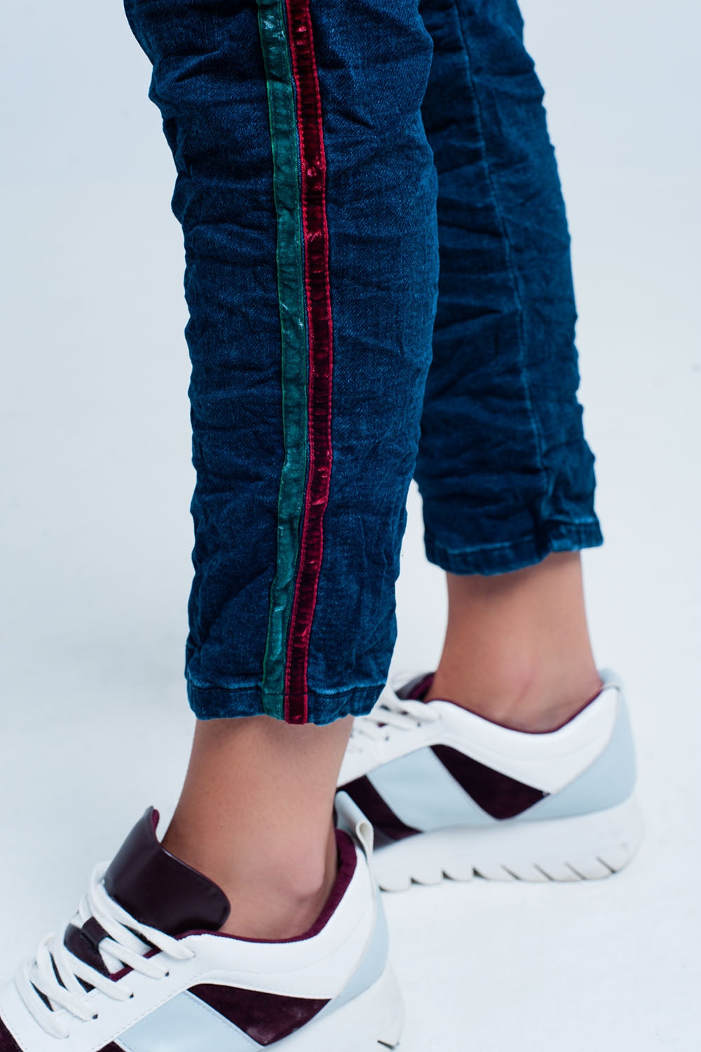 Jeans Jogger Con Raya Lateral Granate Y Verde