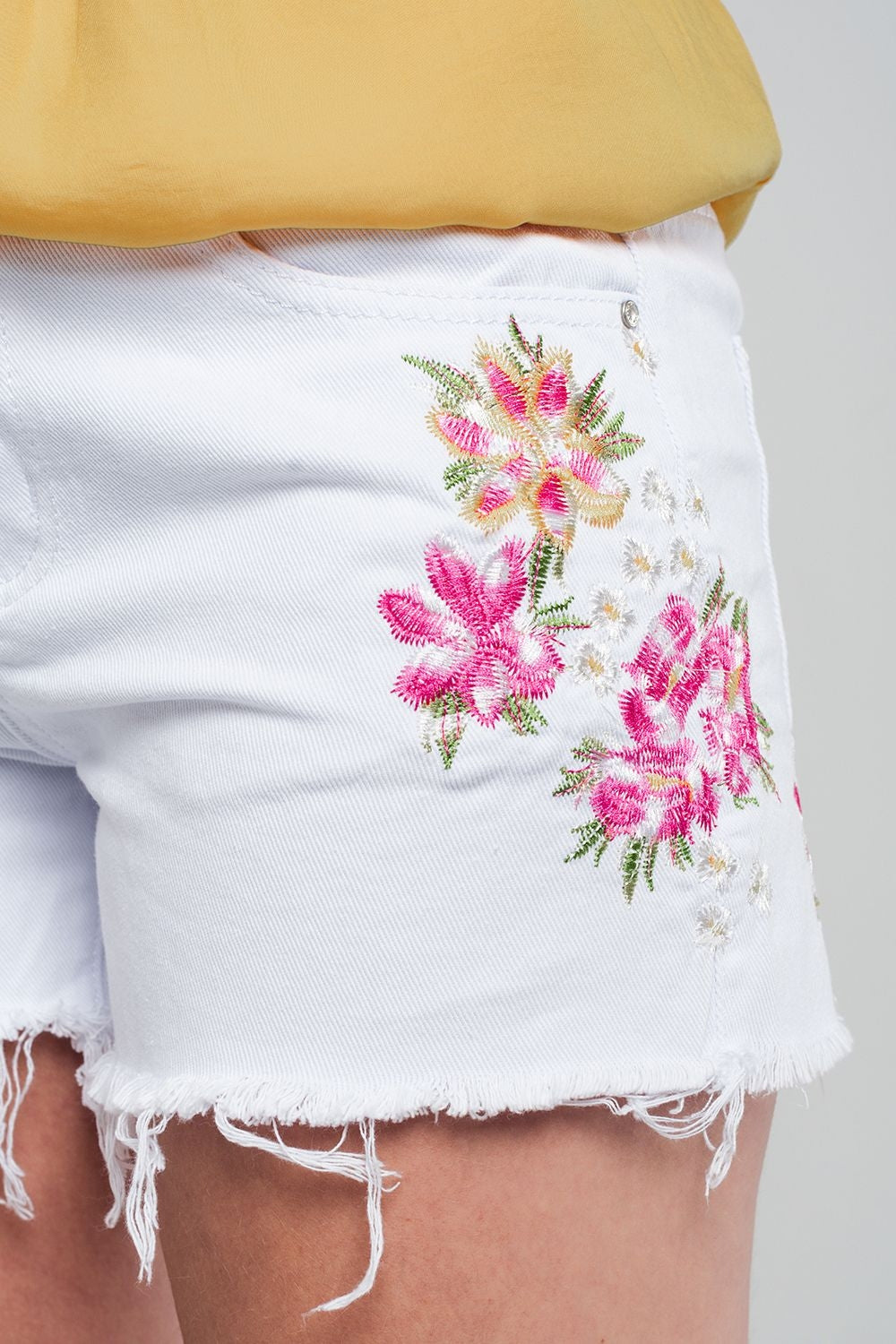 Shorts Vaqueros Color Blanco Con Flores Bordadas