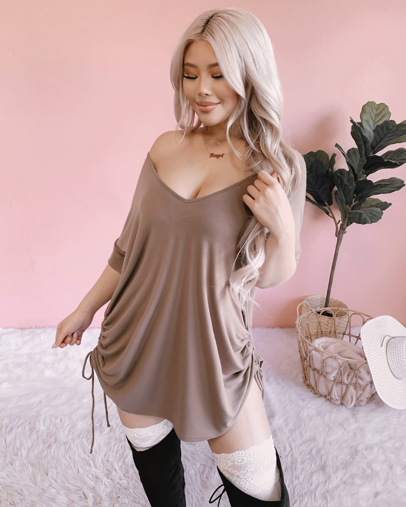LILLY SIDE SCRUNCH OVERSIZED TOP (MOCHA)