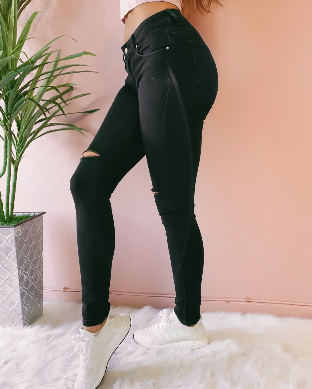 CASSIE KNEE SLIT BLACK DENIM JEANS